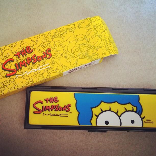 Traurig aber wahr: So eine hochwertige metallische Verpackung ist man bei Mac ja gar nicht mehr gewohnt ! Und innen ist sogar noch ein Spiegel drin.#Mac #LE #Simpsons #Kosmetik #neu #TheSimpsons #Marge #Quad #25Jahre #gelb