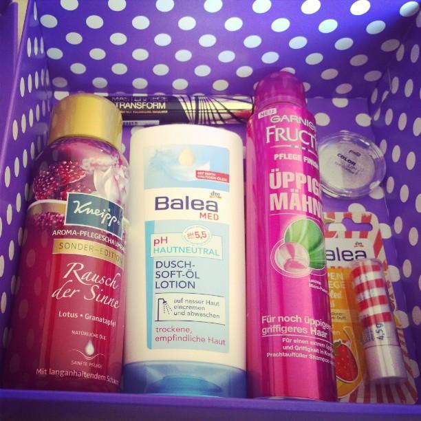 Letzte DM Box für dieses mal. Naja. Die erste war eindeutig die mit dem tollsten Inhalt - auch generell die mit dem tollsten Inhalt von denen die ich auspacken durfte.#DM #Lieblinge #Box #Kneipp #duschen #baden #Mascara #Balea #MaxFactor #Garnier #P2 #Lippenpflege #auspacken #unboxing