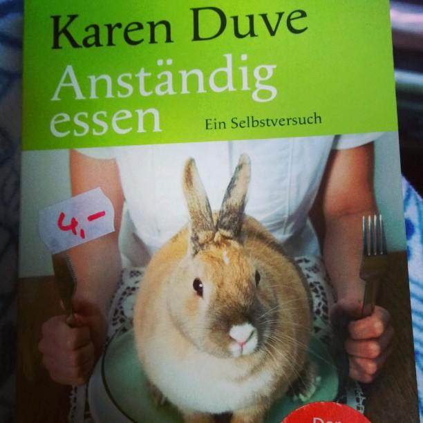 Heute beim vorbeigehen an der Buchhandlung gesehen&ich musste es mitnehmen - es stand schon lange auf meiner Wunschliste.#KarenDuve #Duve #Buch #lesen #SUBwächst #Anständigessen #essen #Veggie #Goldmann
