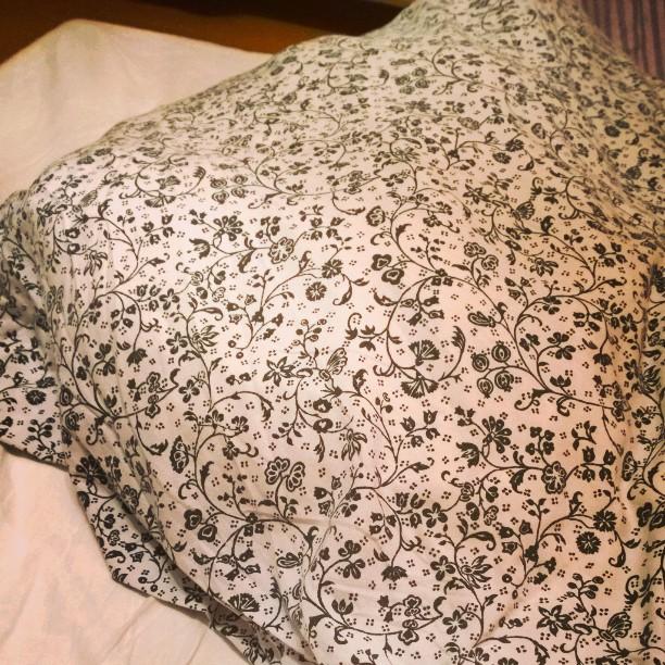 Ich möchte mich weigern aus meinem sch... provisorischem Bettenlager (nun schon 1 1/2 Wochen!) aufzustehen. Sch... Nacht. Früh morgens wegen Geschrei vorm Fenster geweckt worden und jetzt auch noch das Unwetter gerade. Ich hoffe, wir haben noch Kaffee im Haus....#Morgen #Kaffee #muede #angenervt #Matratzenlager