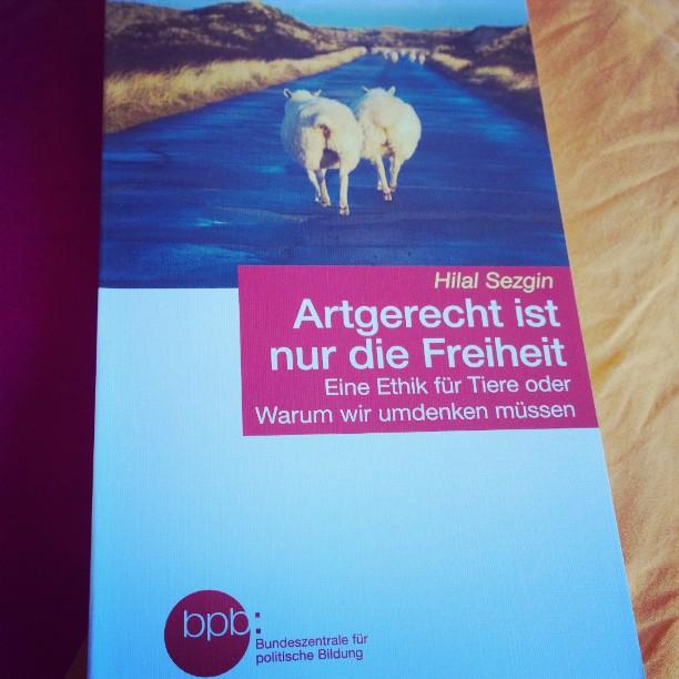 Die Bundeszentrale für politische Bildung hat nun ein wichtiges Buch mit im Sortiment.#bpb #Buch #Ethik #lesen #Tiere #Fragen #HilalSezgin #Artgerecht #wichtig
