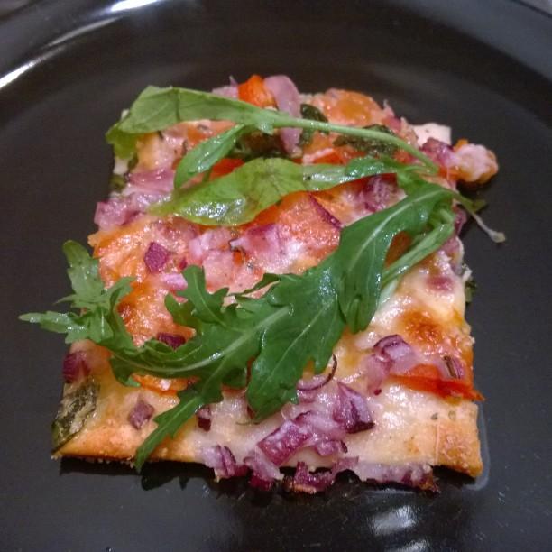 Klassische Mozzarella - Tomaten -Basilikum - Pizza verfeinert mit Rucola und würzigem PecorinoAchtung, Überfressgefahr ! Zweiter Tag in Folge super - leckeres Essen dank Box. Wir sind schon ein wenig verwundert. ;-)#HelloFresh #Pizza #lecker #Tomate #Mozzarella #Basilikum #Rucola