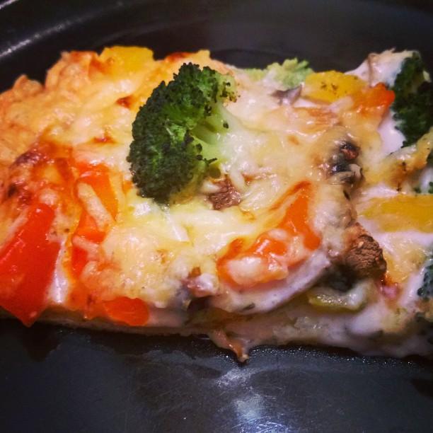 Brokkoli - Paprika - Champignons - Pizza. Allerdings anstatt mit Tomatensoße mit Bechamel.#Pizza #Essen #Brokkoli #Paprika #Champignons