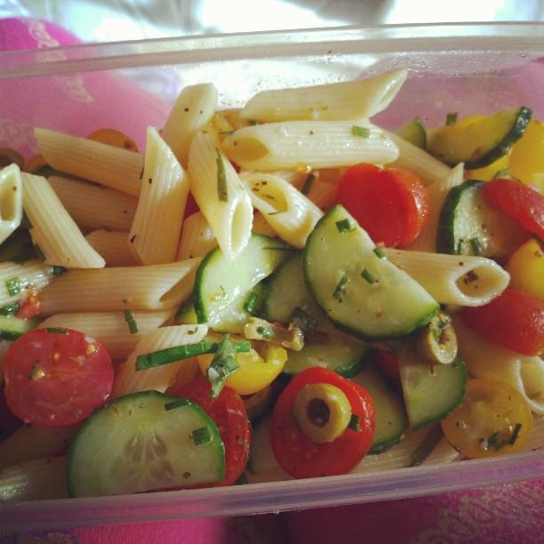 Reste vom Nudelsalat gestern. <3#Nudeln #Gurke #Tomate #Oliven #Knoblauch #Schnittlauch #JamieOliver