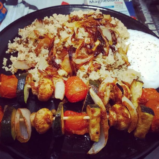 Marrokanisch gewürzte Gemüsespieße serviert auf Linsen - Couscous