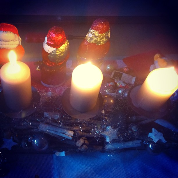 Einen schönen 3. Advent! Weniger chaotisch als bei uns heute....#Kerzen #Advent #Adventskranz #Nikoläuse